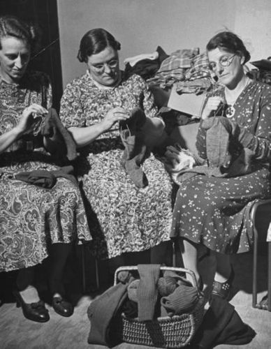 Knitting women 3